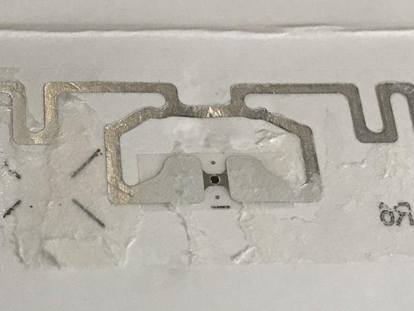 金属のアンテナとICチップ